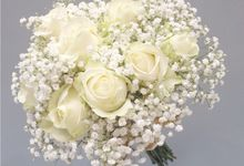 Simple handboque in white by Buttercup Decoration