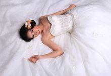 Sparkling Snow white by Wedding Island