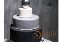 Indoor Wedding Cakes by Mad About Sucre