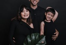 Family portrait of Alitya & Rangga by Alexo Pictures