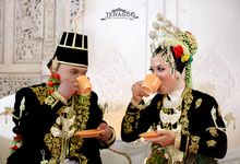 A traditional wedding prosesion of farida & ardi by Teras56photography
