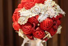 Red & Gold Satin Handbouquet by HelloSpringfleur