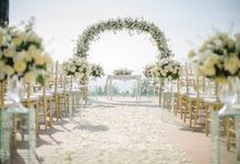 White Elegant Wedding Cliff by Bali Izatta Wedding Planner & Wedding Florist Decorator