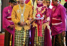 Pernikahan ardian dan Indah dilakukan di hotel crystal lotus Yogyakarta. Nuansa busana yang bercampur antara magenta dan gold menambah keindahan terse by 3KENCANA PHOTOGRAPHY