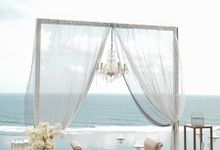 Gray & White Dinner Decoration by Bali Izatta Wedding Planner & Wedding Florist Decorator