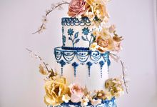 Stunning delftware inspired cake with bouquets of wild & classic sugar roses by Haute Cakes Singapore