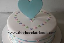 1 tier wedding cake with heart decoration by The Chocolate Land
