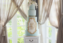 Classic elegant cake with touch of gold. by Creme de la Creme Bali