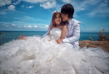 Wedding couple shoot on the Beach by Ocky Misa photography