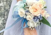 Bridesmaid hand corsage by Royal Petals
