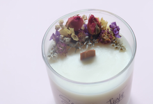 Soy candles with wooden wick and dried flowers by Scent and Light