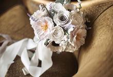 Dusty white bridal bouquet by Keasecret