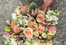 Peaches and cream for bride K by Florals Actually