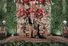 Pernikahan adat jawa dengan nuansa hijau di dalam ballroom by Imagenic