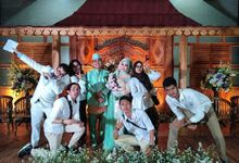 Bride & Groom With The WO Team by CARI WEDDING ORGANIZER
