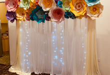 Paper flowers backdrop photo booth by ilmare Wedding