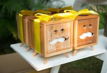 Souvenirs Wooden tissue box by Vinas Invitation