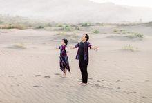 Nina & Ndaru in Famous Gumuk Pasir in Yogakarta by Everafter Photocinema