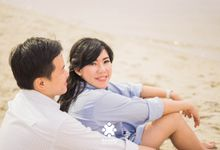 Indra Astrell Pre-Wedding | Walk on Beach by Ducosky