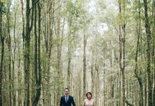 An Elegant & Heartfelt Botanic Garden & Beach Prewedding in Bali by fire, wood & earth