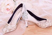 Sepatu Pointed Crystal Brukat Krem by SLIGHTshop.com