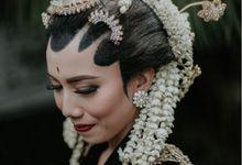 Pernikahan yang kental dengan nuansa adat Jawa by Krisza Ayunita