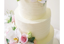 Rustic buttercream cake with fresh flowers by Twenty Two Cakes