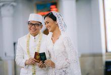 Juwita Rahmawati dan Wawan by SVARNA by IKAT Indonesia Didiet Maulana