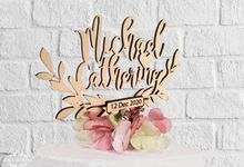 Personalized name wreath wooden cake topper by Soul Crafty