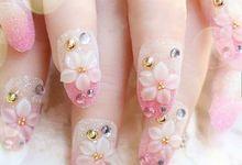 nail art- 24 pcs kuku palsu warna pink muda dengan hiasan bunga dan permata emas by Triwindu shop