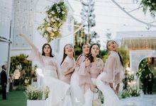 Party ? We want More! Resepsi pernikahan yang memorable dan meriah yang dilaksanakan Bella & Didi di Gedong Putih memberikan kesan classy dan layak un by Lemia Project