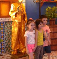 Golden Aladdin Statue by Hehe Living Statue