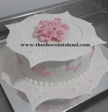 1 tier decoration with pink flowers sugar by The Chocolate Land