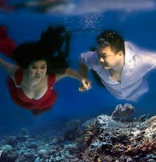 under water prewedding by Laluna Photography