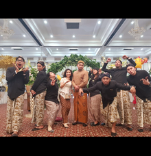 With team wo professionals, enjoy and happy  by Sisi Wedding Consultant & Stylist